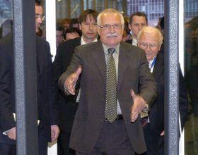 Václav Klaus delante del escáner del estadio Sazka Arena en Praga, 2004, foto: ČTK