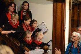Zur Eröffnungsfeier hat ein Chor tschechische Weihnachtslieder vorgetragen (Foto: Noe Stirnemann)
