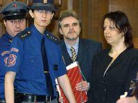 Karel Srba (uprostřed) Eva Tomšovicová u českobudějovického krajského soudu, foto: ČTK