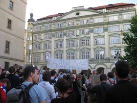 Kundgebung vor dem Parlamentsgebäude (Foto: Martina Schneibergová)