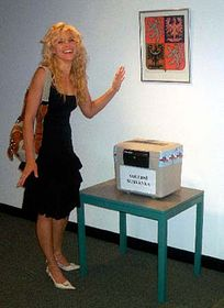 Herečka Eva Jeníčková volila na konzulátu vLos Angeles, foto: ČTK