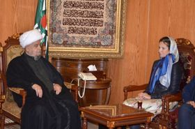 L'Ambassadeur Michaela Froňková avec le Chef adjoint du Conseil supérieur islamique chiite Cheikh Qabalan, photo: MZV ČR