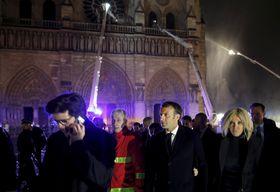 Präsident Macron hat angekündigt, dass die Kathedrale wiederaufgebaut werden soll (Foto: ČTK / AP Photo / Philippe Wojazer)