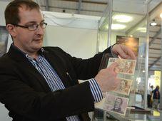 Ян Елинек показывает образец купюры, Фото: Эва Туречкова, Чешское радио - Радио Прага