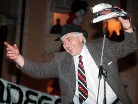 Иван Глинка празднует победу чешских хоккеистов на Олимпиаде в Нагано (Фото: ЧТК)