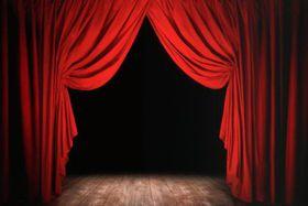 Der Vorhang teilt sich - opona se roztáhne