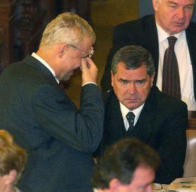 Premiér Vladimír Špidla (vlevo) aposlanec Josef Hojdar po ukončení hlasování ovyslovení nedůvěry vládě, Foto: CTK