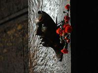 Le masque funéraire du jeune homme, réalisé par le sculpteur Olbram Zoubek, se trouve sur le mur de la Faculté des Lettres, photo: Filip Jandourek, ČRo