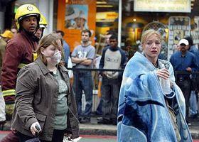 Zranění cestující opouštějí stanici londýnského metra Edgware Road, foto: ČTK