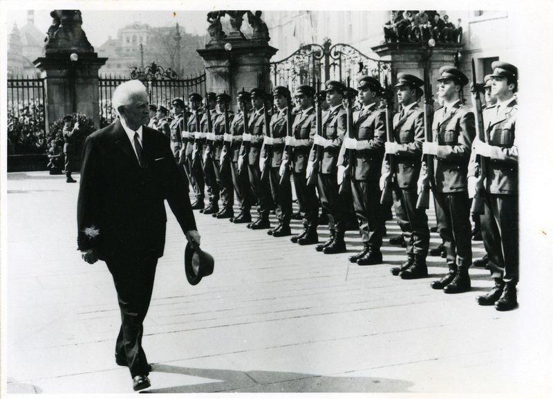 Burgwache und Präsident Ludvík Svoboda 1968 (Foto: Archiv des Militärhistorischen Instituts)