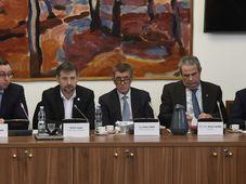 Andrej Babiš (Mitte) und Michal Murín (2. von rechts). Foto: ČTK