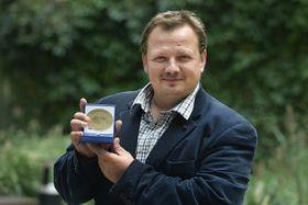 Mikuláš Kroupa mit dem Europäischen Bürgerpreis (Foto: ČTK / Michaela Říhová)