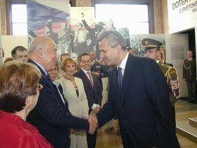 Hugo Maron recibe la orden del ministro de Defensa (Foto: Martina Schneibergova)