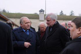 Horst Seehofer (rechts) in Theresienstadt (Foto: ČTK)