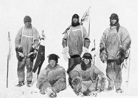 Robert Scott se účastnil závodu o dobytí jižního pólu v antarktickém létě 1911 a 1912. Jeho soupeřem byl norský polárník Roald Amundsen, který zvítězil. Scott dosáhl pólu o něco později a na zpáteční cestě zahynul i s ostatními účastníky své expedice. Foto: Wikimedia Commons