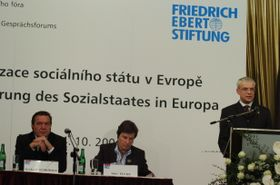 Gerhard Schröder, Anke Fuchs und Vladimír Špidla (Foto: Archiv FES Prag)