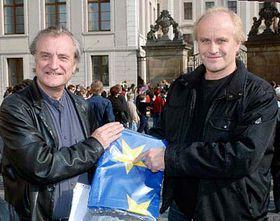 Výtvarník Bořek Šípek (vlevo) ahudebník Michael Kocáb demonstrovali před Pražským hradem za vyvěšení vlajky Evropské unie nad sídlem hlavy státu, foto: ČTK