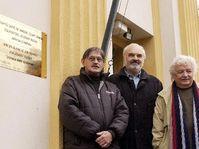 Jiri Sebanek, Zdenek Sverak, Ladislav Smoljak and the plaque to Jara Cimrman, photo: CTK