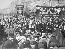 Демонстрация работниц в первый день Февральской революции в 1917 году, Фото: Архив Государственного музея политической истории России, открытый источник