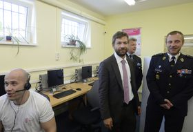Министр юстиции Роберт Пеликан и директор тюрьмы Винаржице Мирослав Гадрава (сзади), Фото: ЧТК