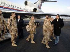 Die tschechische Delegation nach der Landung in Prag (Foto: CTK)