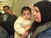Salja Chaláfová se svým dvacetiměsíčním synem, v pozadí pan Chaláf, foto: ČTK