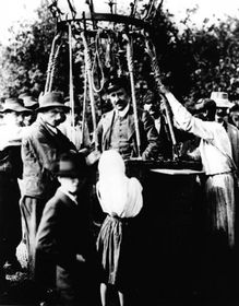 Franz Victor Hess während der Ballonfahrt 1912 (Quelle: American physical society, Wikimedia Commons, Public Domain)