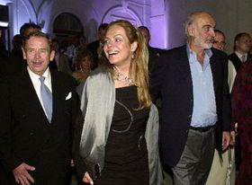 Václav Havel con su esposa, Dagmar, y Sean Connery, foto: CTK