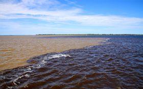 La confluencia del Negro con el río Solimões, foto: Gabriel Castaldini, CC BY-SA 3.0