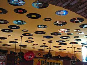 El techo está adornado con discos de vinilo