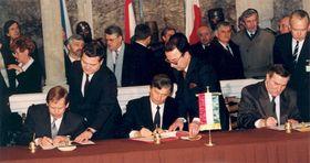 Подписание основополагающего документа Вышеградской группы, Фото: Péter Antall, CC BY-SA 3.0 Unported