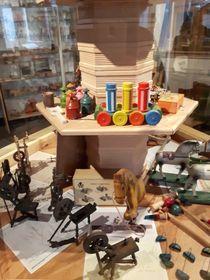 Vitrine mit historischem Spielzeug (Foto: Maria Hammerich-Maier)