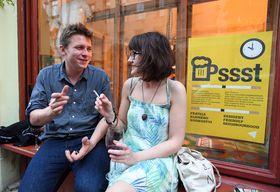 Plakát ve výloze pražské kavárny nabádá návštěvníky, aby na ulici po 22. hodině respektovali noční klid, foto: ČTK
