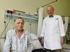 Jan Pirk avec un patient avec le cœur artificiel, photo: CTK