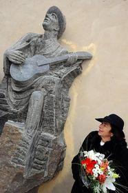 Livia Klausová beim Hašler-Denkmal (Foto: ČTK)