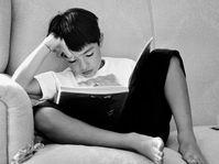 Buch lesen - číst knihu (Foto: sof_sof_0000, Pixabay / CC0)