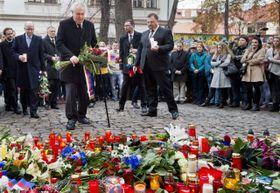 Президент Милош Земан перед зданием посольства Франции в Праге, Фото: ЧТК