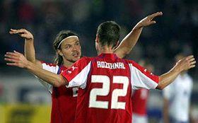 Čeští reprezentanti Tomáš Ujfaluši (vlevo) aDavid Rozehnal se radují zvítězství nad Finskem, foto: ČTK