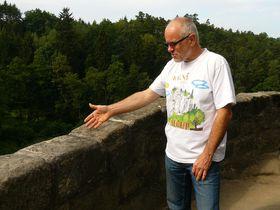 Ivan Volman indica el lugar de desprendimiento, foto: Tomáš Mařas, ČRo