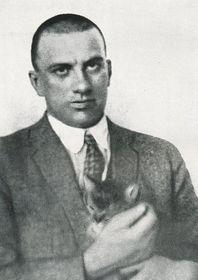 Владимир Маяковский держит на руках кошку Марии Майеровой, Фото: издательство «Мир Советов»