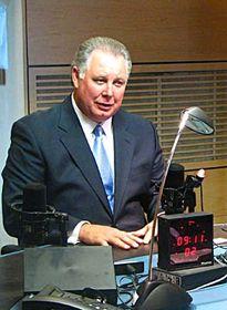 El congresista estadounidense Albio Sires en radio Praga