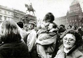 Miles de estudiantes realizaron una marcha a la céntrica Plaza Venceslao... (Noviembre 1989)