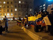 Los venezolanos apoyaron en Praga al presidente interino Juan Guaidó, foto : Daniel Konewka