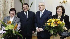 Presidente Václav Klaus (a la derecha) y primer ministro, Jirí Paroubek con sus mujeres (Foto: CTK)