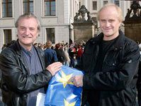 Výtvarník Bořek Šípek (vlevo) a hudebník Michael Kocáb demonstrovali před Pražským hradem za vyvěšení vlajky Evropské unie nad sídlem hlavy státu, foto: ČTK