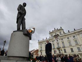 Květiny byly položeny také usochy TGM na Hradčanském náměstí, foto: ČTK