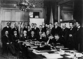 Albert Einstein (second from right) at the 1911 Solvay conference, photo: Benjamin Couprie, Public Domain