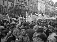 Demonstrace na Václavském náměstí v době sametové revoluce, foto: Josef Šrámek ml., CC BY 4.0