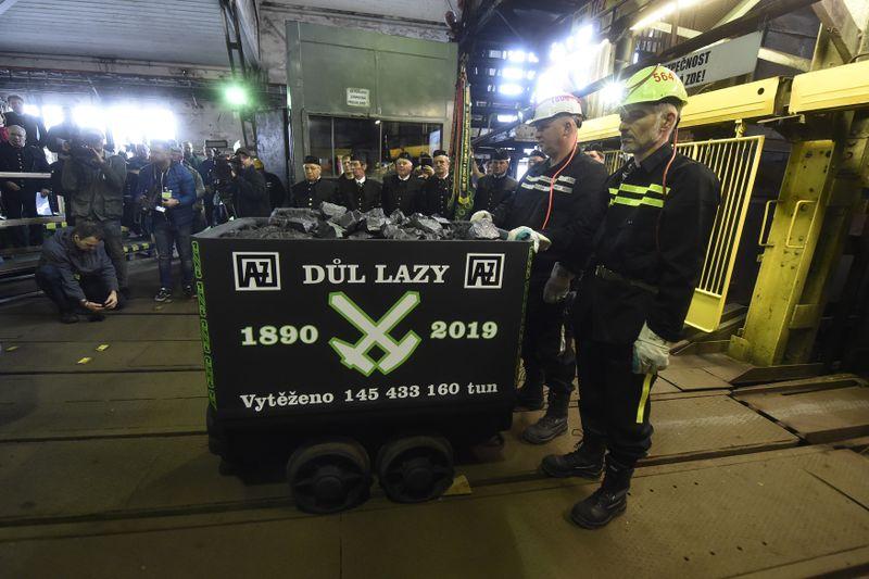 Poslední vozík svytěženým uhlím zdolu Lazy, foto: ČTK / Jaroslav Ožana
