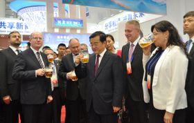 Bohuslav Sobotka y Michaela Marksová visitaron la feria industrial en Tchang-chan, China, foto: ČTK